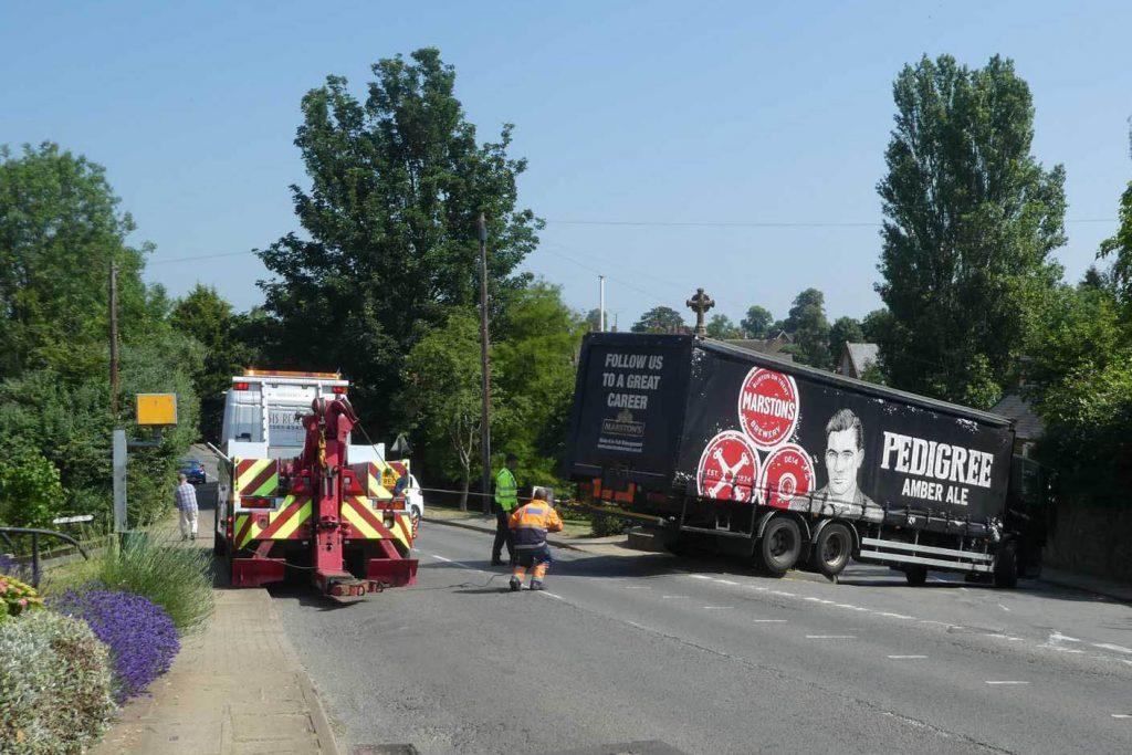 Lorry gets stuck at war memorial – 28th Jun 2018
